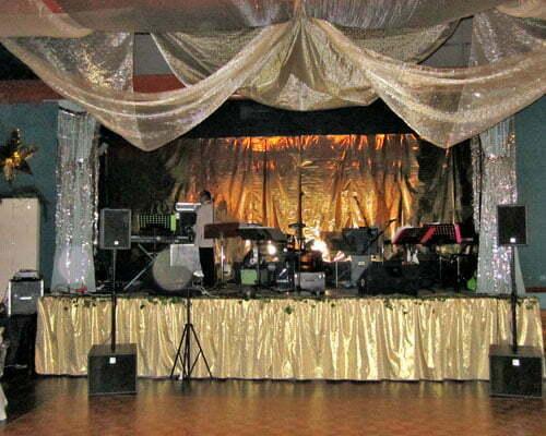 Orchestre sue la scène de la salle des fêtes Pruniers en Sologne